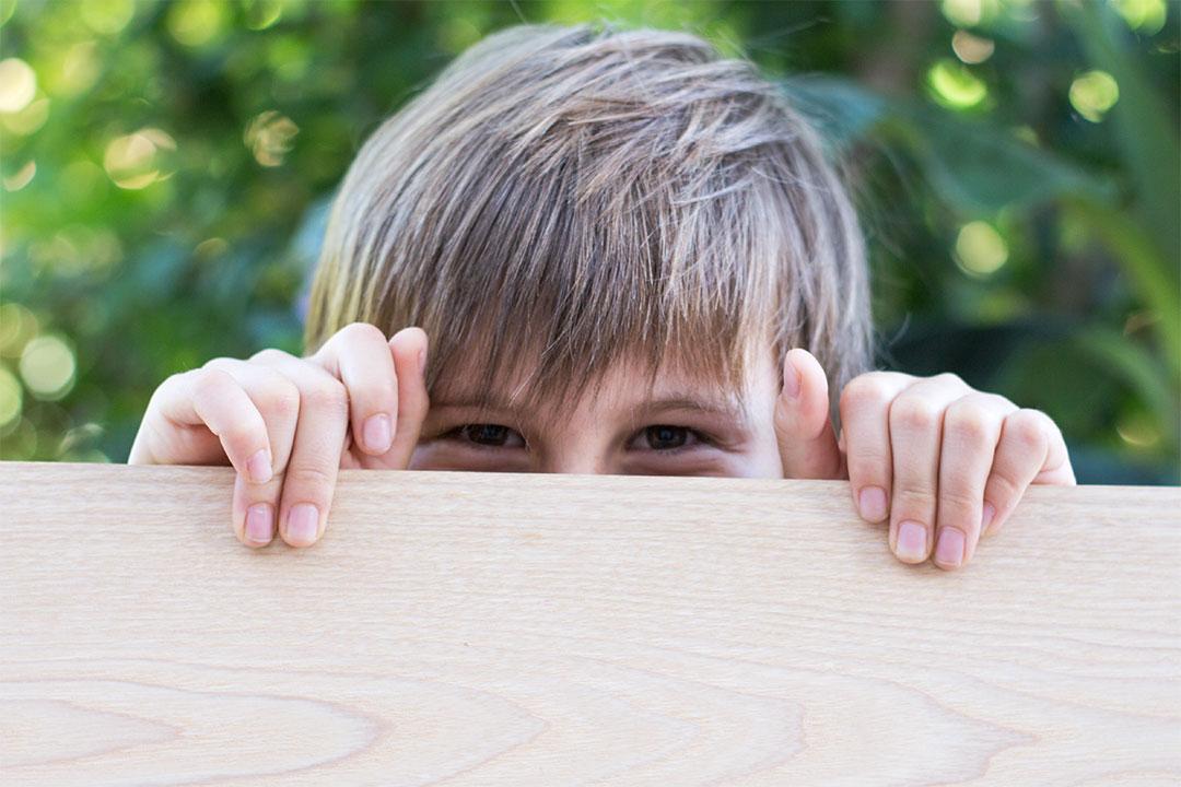 Enfants avec une planche en bois massif avant la découpe pour façonner les planchettes Piks de OPPI