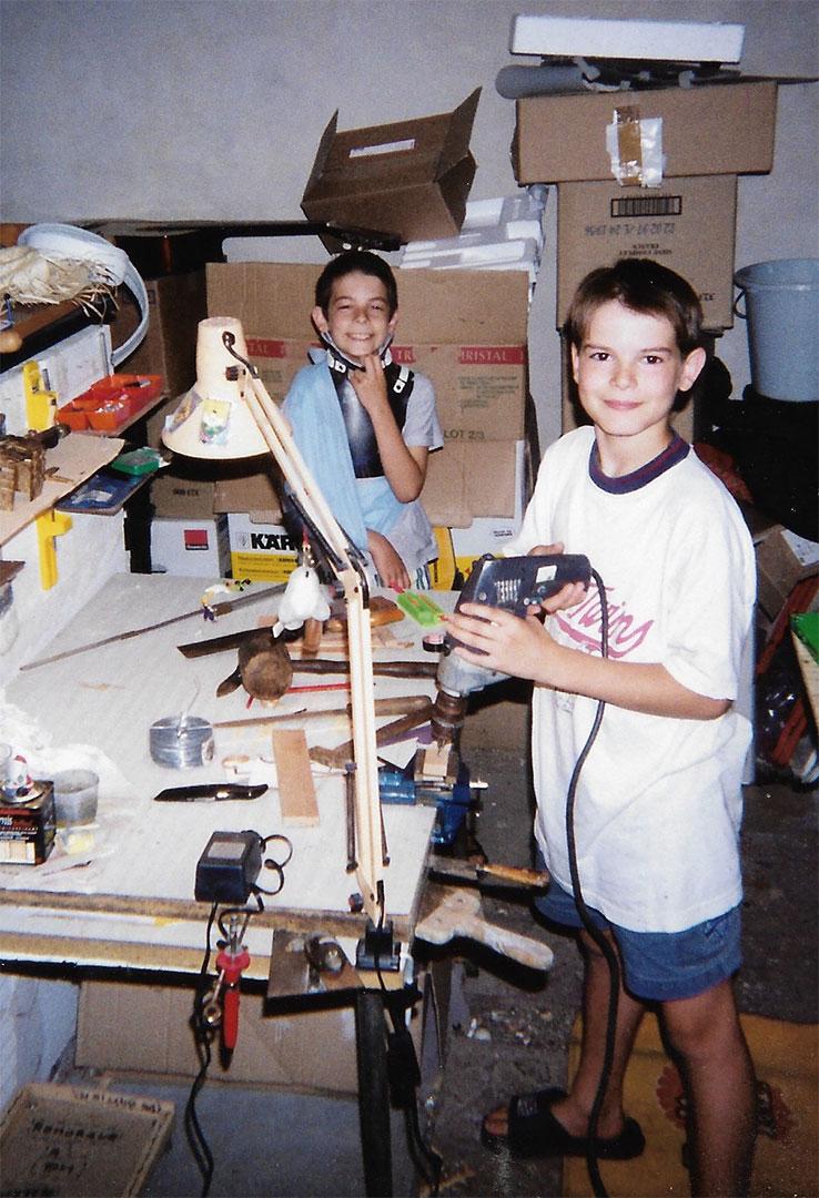 Les fondateurs de OPPI quand ils étaient petit en train d'inventer des jouets dans un atelier