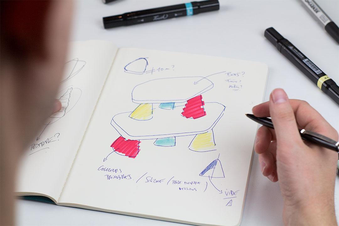 Hansel en train de faire des croquis pendant l'étape de création design et éducation