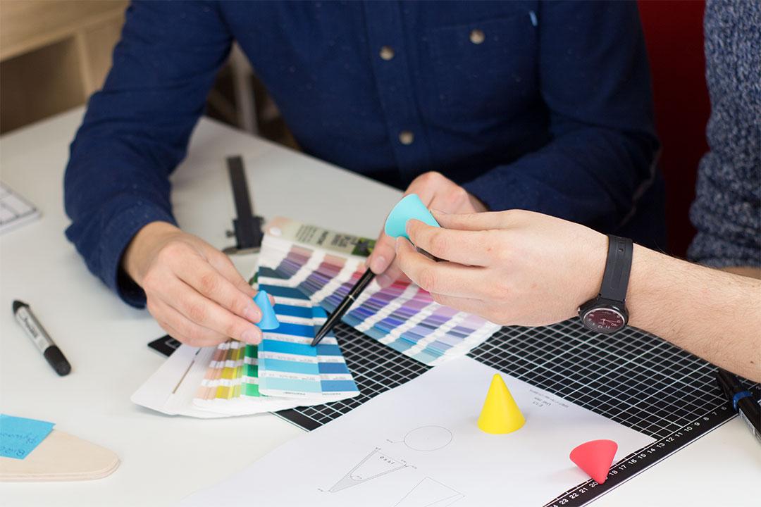 Étape de contrôle de la couleur de matériaux sur les cônes Piks avec un nuancier Pantone