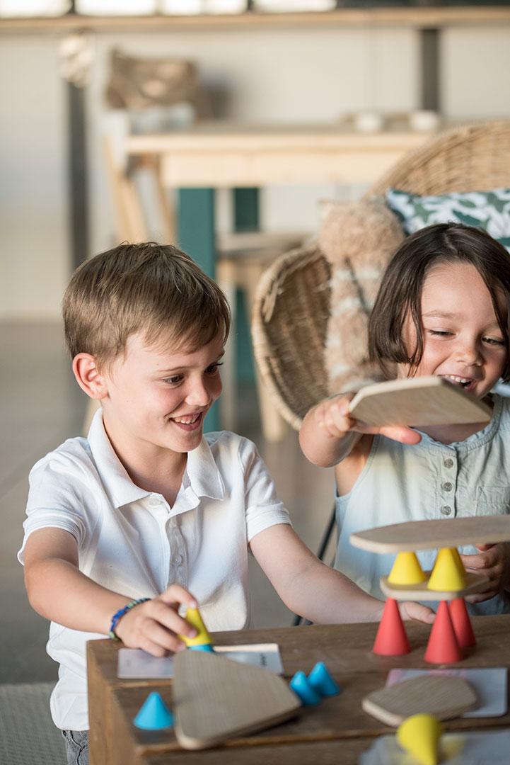 Deux enfants jouants ensemble à Piks avec des grands sourires illustrant l'importance du design pour l'éducation