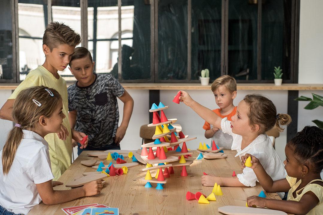 Atelier de jeu de construction Oppi piks avec plusieurs enfants construisant une tour